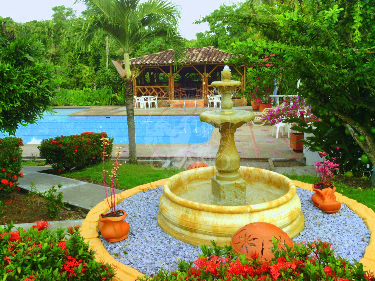 Abundantes jardines y sonidos naturales se mezclan con la brisa y envuelven tus sentidos Hotel & Restaurante Parador del Gitano - Nápoles - Doradal - Rio claro