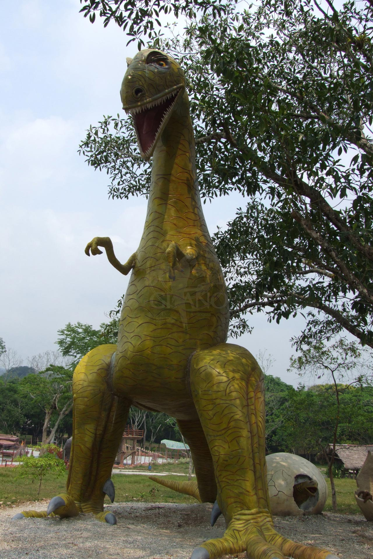 Camina rodeado de imponentes dinosaurios - Hotel & Restaurante Parador del Gitano - Nápoles - Doradal - Rio claro