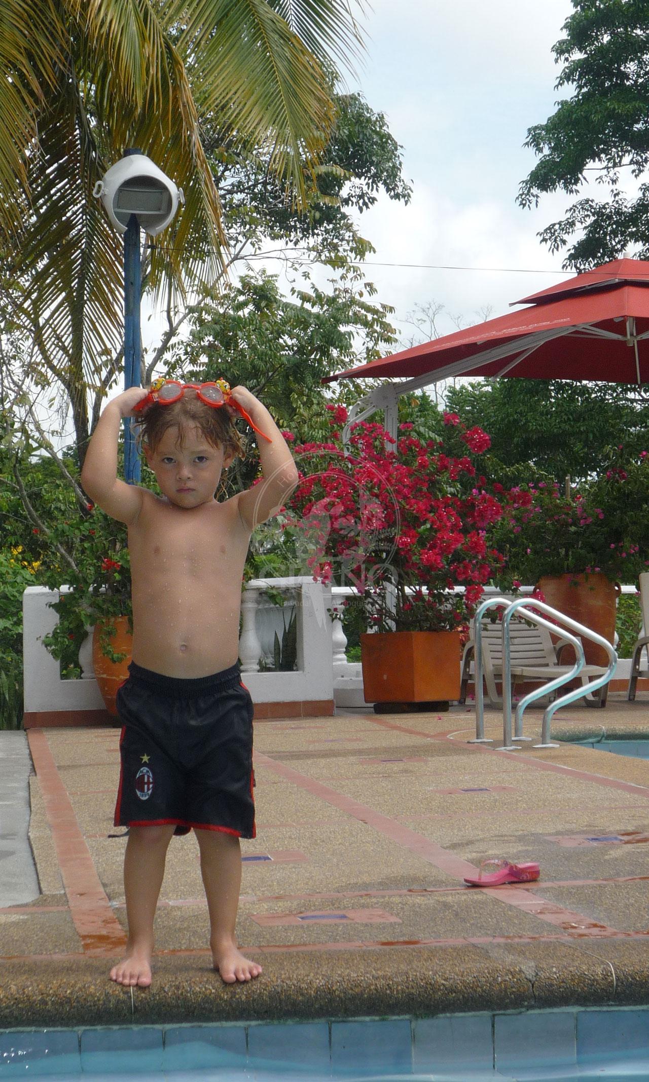 Piscina para ni os hotel restaurante parador del gitano for Follando en la piscina del hotel