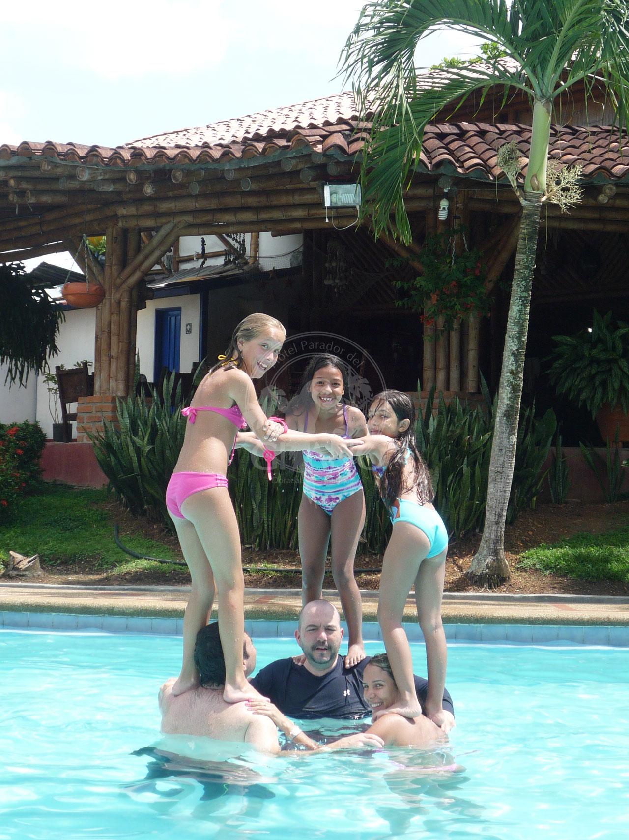 Un placer jugar y refrescarse en el agua - Hotel & Restaurante Parador del gitano - Nápoles - Doradal - Rio claro